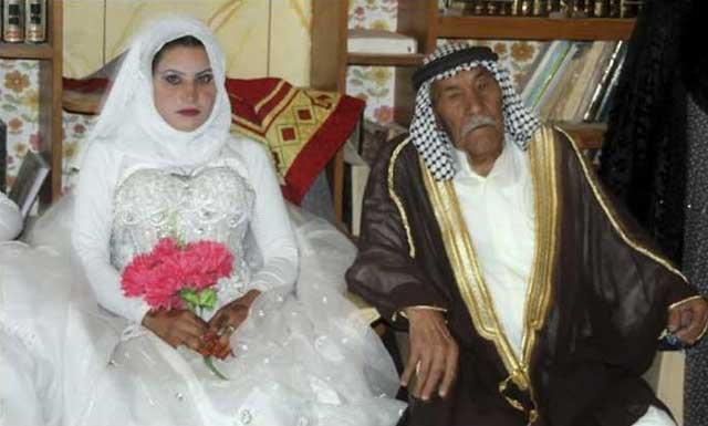اینهم ازدواج پیرمرد ۹۲ ساله با دختر ۲۲ ساله عراقی. واقعن چه زوج کاملی؟ به راستی این مرد فرار کرده از گور، سنت پیامبر خود را اجراء کرده و قانون ضد انسانی و زن ستیزی اسلام را پیاده کرده است.