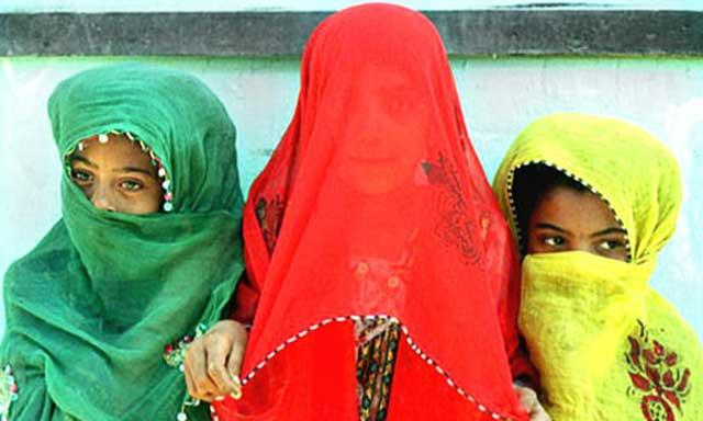 ازدواج با کودکان، مانند این تصویر از ازدواج دختر بچه هایی در چاه بهار، به هر شکل و عنوان، خواه دختر بچه های ۹ ساله و یا دختر خوانده، و یا با دختران بی سرپرست، دختران کار، دختران افغانی در این کشور، و یا دختران رانده از خانواده، جنایت و بچه بازی و پدوفند به شمار آمده و تحت هرقانونی حتی قانون اقوام جنگلی و یا بادیه نشین نادرست و غیر انسانی است.
