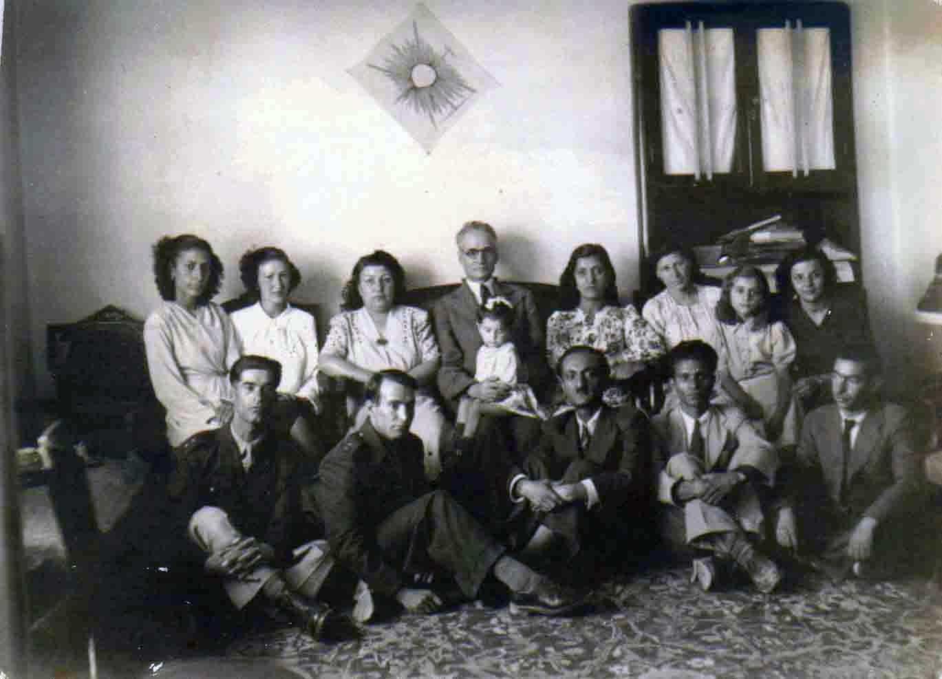 فرتور احمد کسروی را با برادران و سایر اعضای خانواده اش، در تبریز سال ۱۳۱۸ نشان می دهد.