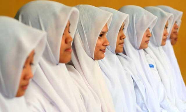 دختران اندونزی بین ۱۶ و ۱۹ سال، برای نشان دادن عفت و پاکدامنی خود باید هرساله پلمب بودن و داشتن پرده بکارت خود را ثابت کنند تا به عنوان هرزه و فاسد معرفی نشوند.