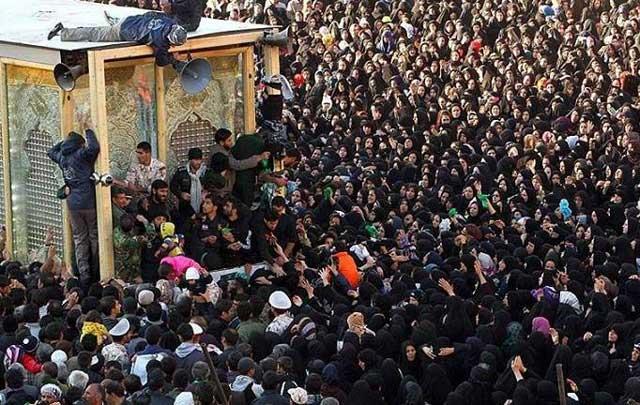 گویا همه پلیسی و اقتصاد شکوفای آخوند و آنچه را توانسته تقدیم به ملت ایران کند، دور ضریح گشتن، قبر آخوند بوسیدن و تقاضای عفو و بخشش نمودن است.