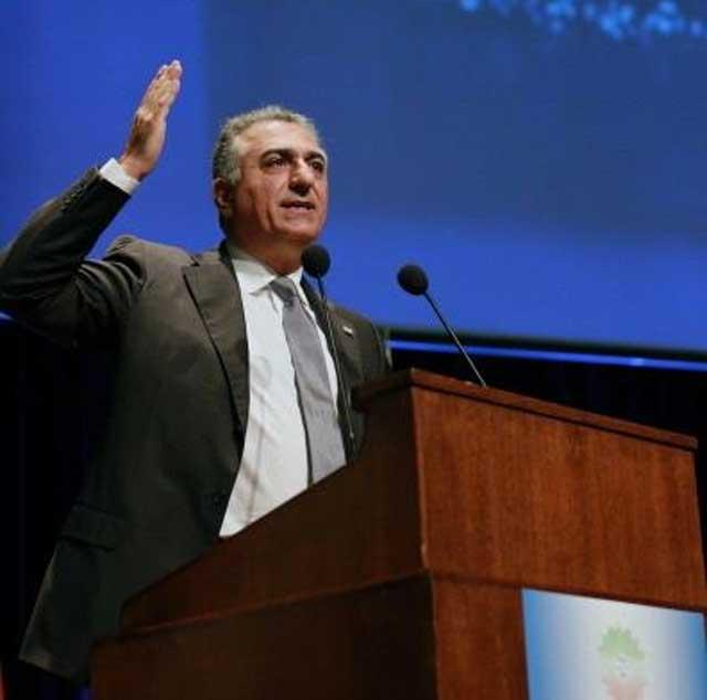 شاهزاده پشت تریبون شورای ملی شاهنشاهی جای می گیرد و با ۶۱۰ رأی، خود را نماینده ۷۵ میلیون مردم ایران می داند.
