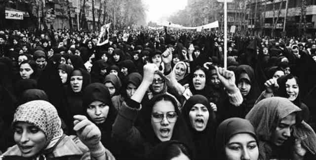 انقلاب اسلامی نمونه بارز یک انقلاب سیاسی بدون پشتوانه فکری است، بد رفت و بد تر آمد! از چاله به چاه افتادیم و چنانچه درست نیاندیشیم، هزار بار دیگر هم انقلاب کنیم، باز نتیجه مشابه خواهد داشت. _ سیروس پارسا _