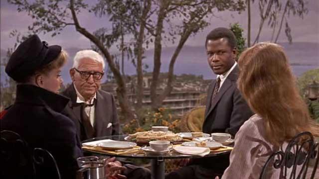 این صحنه ای از فیلم حدس بزن چه کسی برای شام میاد را نشان می دهد. سیدنی پواتیه  Sidney Poitier جوان سیاه پوست و کاترین هوفتون Katharine Houghton دختر سپید پوست در اجتماع ضد سیاه آمریکایی به هم نزدیک شده و خواهان ازدواج با یکدیگر می شوند.