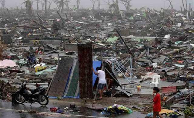 این یک صحنه از ویرانگری توفان دریایی جمعه گذشته در فیلیپین است. مصیبتی که چند میلیون مردم را بی خانمان و سرگردان نموده است.