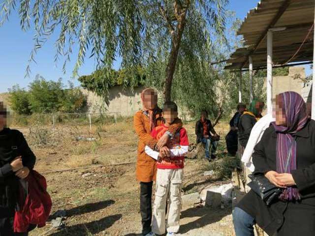 در این جا بازهم چند بیمار مبتلا به ایدز در ایران دیده می شوند. بازهم چهره آنان پوشیده شده تا از گزند و ملامت اجتماع بی سواد در امان بمانند.
