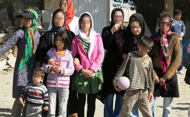 اینها چند تن از قربانیان بیماری ایدزند که به دلیل درک کم جامعه از پذیرفتن مشکلشان، صورت آنان پوشانده شده است.