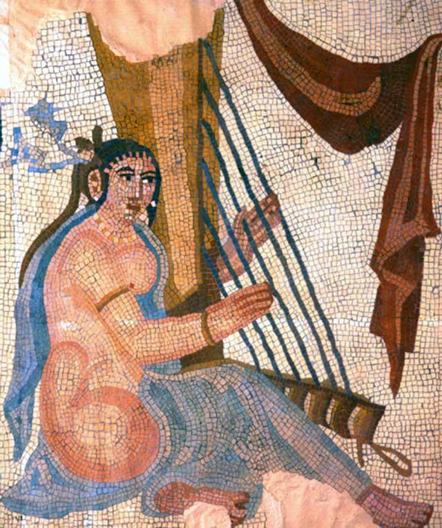 (این کاشی ساسانی نوازنده ایرانی را در دوره ساسانی نشان می دهد)