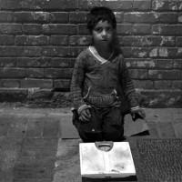 به راستی مسئول فقر و درماندگی این کودک، فقط رژیم جنایتکار اسلامی است؟ مردمان ایران زمین هیچ نقشی در بیچارگی و بی خانمانی این کودک نداشته اند؟ اگر ملت ایران اینقدر بی تفاوت از کنار این فاجعه های انسانی نمی گذشت، بی تردید سرنوشت این کودک طور دیگری رقم می خورد! امان از بی تفاوتی و بی خیالی!