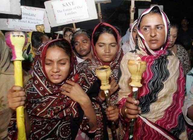 این ها دختران و زنان پاکستانی اند که بدانان تجاوز و هتک حرمت شده. اکنون به پاخاسته اند تا از حقوق زنان دفاع کرده و فریاد اعتراض خود را به گوش رژیم مردسالار پاکستان و مردم جهان برسانند.
