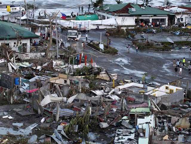 یکی از صدها ویرانی برآمده از توفان دریایی در فیلیپین است. میزان خسارت ناگفتنی و شمار بی خانمانی و سرگردانی مردم ناپیدا است. میلیون ها مردم اسیر این مصیبت بوده، از خانه و کاشانه خود رانده شده، بدون خوراک، پوشاک و آب نیاز بدنشان با مرگ دست به گریبانند.
