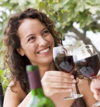نوشیدن شراب سرخ به میزان کم مانع سکته قلبی، و موجب جلوگیری گرفتگی رگهای پا و از بین رفتن ماهیچه چشم در بیران و کوری می شود. بدیهی است مصرف زیاد آن مانند مصرف زیاد هرچیز برای بدن زیان آور است.