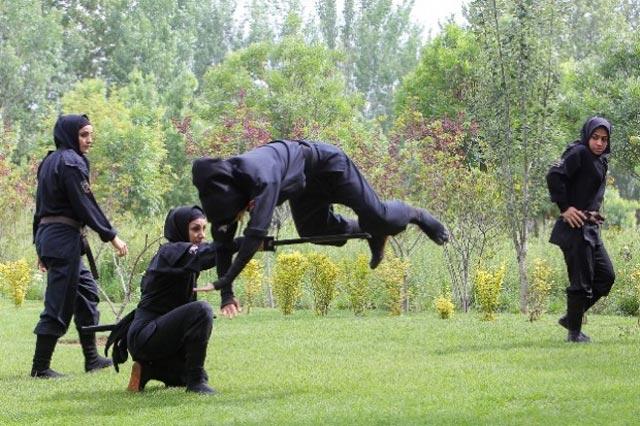 (زنان ایران دلیر و توانا هستند... ای کاش با آنها برابر برخورد می شد.)