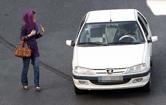 پوشیدن یک لباس زیبا در ایران برای زنان دردسر است! مردان تشنه ای که بخاطر پنهان بودن فحشا ، هر زن زیبایی را فاحشه می بینند.