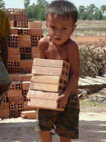 امروز نوبت این کودک در کشورهای عقب مانده و دیکتاتوری است که به جای کودکستان و دبستان به بارکشی پردازد، فردا نوبت کودکان ایران خواهد رسید. فرزندان ما به زودی به همت و تلاش آخوند، نه تنها به بارکشی می پردازند، شبها نیز در کوچه و خیابان ها خواهند خوابید. زیر ثروت ۹۵ میلیاردی آنها را ولی فقیه به غارت برده و جایگاهی برای آموزش آنان نیست.