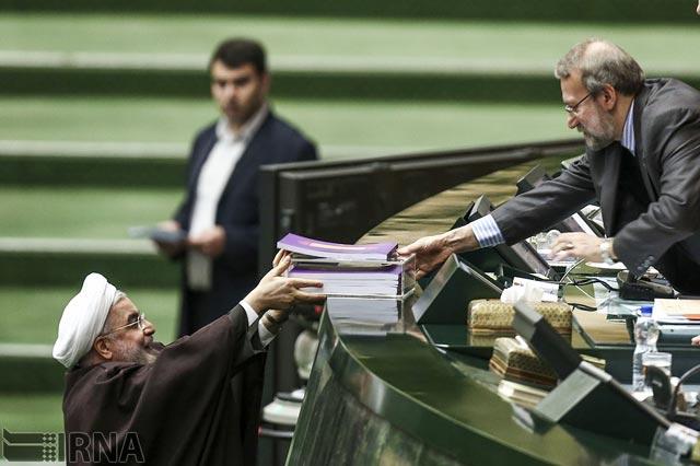 آقای روحانی بودجه سال ۹۳ را به مجلس می دهد. بودجه ای که بیشتر برای نیروهای سرکوبگر انتظامی تعیین و افزون شده تا رژیم را همچنان بر سر قدرت نگاه دارد. وگرنه این بودجه ها مشکل گشای مردم در بند و محروم نخواهد بود.