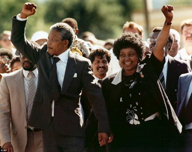 این تصویر هنگامی است که نلسون مندلا در سال ۱۹۹۰ پس از ۲۷ سال از زندان آزاد شده و  همسرش وینی مندلا و دوستانش به پیشواز او آمدند.