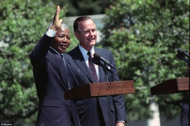 پرزیدنت ژرژ بوش در سال ۱۹۹۰ مقدم  نلسون مندلا را در کاخ سپید گرامی می دارد. بی گمان پشیبانی مردم آمریکا از نهضت نلسون مندلا و هدف های دموکراسی وی یکی از عوامل آزادی او شده است.