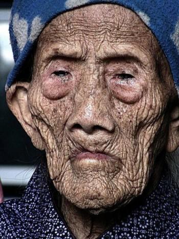 این تصویر پیرترین زن جهان در چین است که ۱۲۷ سال دارد و  هنوز زنده است.