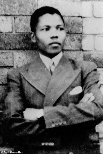 نلسون مندلا در زمانی که رشته حقوق را دنبال می کرد، به مبارزه با نژاد پرستی و تبعیض نژادی پرداخت. او در سال ۱۹۴۴ به عضویت کنگره ملی آفریقا(ANC )در آمد و گروه جوانان مبارز را تشکیل داد.