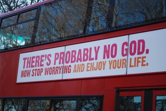 """این پیام خداناباوران است که بر روی اتوبوس در لندن نوشته شده: """" احتمالن خدایی وجود ندارد پس نگرانی را دور بریز و از زندگی خود لذت ببر."""