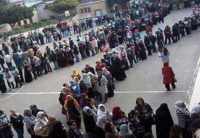 این ملت شجاع و دلیر و میهن دوست مصر است که علیه دیکتاتوری اسلامی برخاسته و با رأی دادن خود، قوانین ضد انسانی اسلامی حاکم بر مصر را پشت سر می گذارد و برای قانون اساسی دلخواه خودکه برپایه دموکراسی و انسان دوستی است رأی می دهد. باید به وجد چنین ملت های آزاده افتخار کرد.