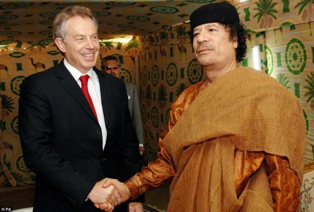 تونی بلر نخست وزیر هفت چهره و دغلباز انگلیس که حمله به عراق را ترتیب داد و سازمان دهی می کرد، یک از ستایش گران قذافی بود و موجب گردید این جنایتکار بیشتر بر سر کار بماند و مردم از کارهای پس پرده او بی اطلاع بمانند.