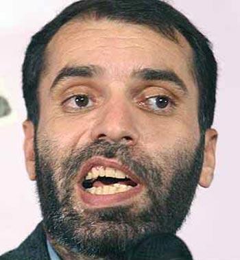 (این آقا با این چهره کثیف و پیرایش نشده  یک روزنامه نگار و یک فیلم ساز در رژیم اسلامی است)