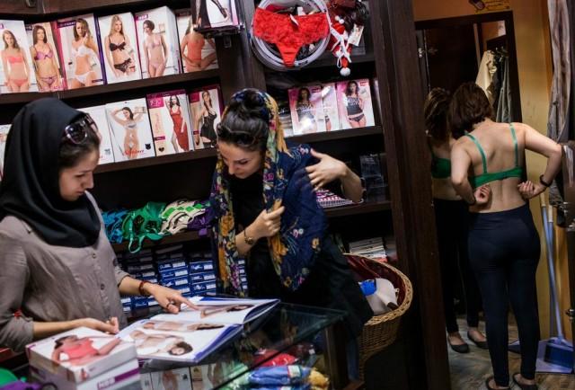 در این فرتور، دختران ایرانی در یکا مغازه زیرلباس فروشی به نمونه های زیرپوش نگاه می کنند. کاری که از دید آخوند حیله گر جرم و بی اساس است.