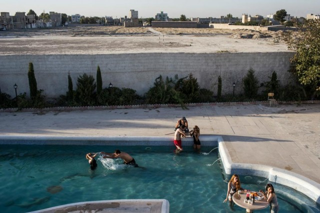 جوانان ایرانی در یک روز تابستانی گرم در استخر به شنا و استراحت می پردازند. این حق طبیعی هر انسان است و به کسی ربطی ندارد.