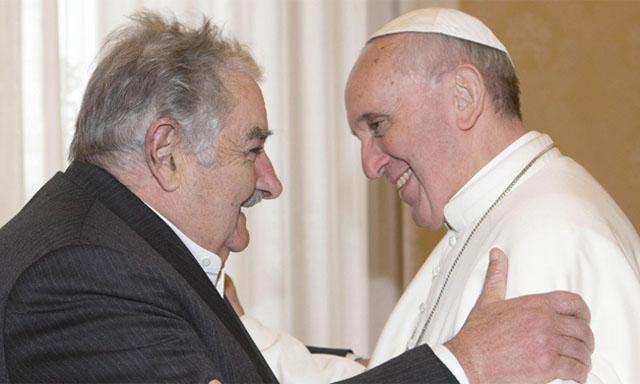 پاپ حتی ناباوران و آنهایی که وجود خدا را انکار می کنند، مورد محبت و دوستی قرار داد و در حقیقت آنان را به رسمیت شناخت در این تصویر رئیس گروه ناباوران اوروگوئه  خوزه موجیکا , Jose Mujica دیده می شود که با پاپ همدیگر رادر آغوش گرفته اند.