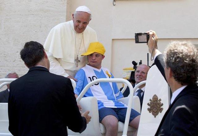 پاپ جوان بیمار را به همراه خود به درون اتوموبیل مخصوص خود برد تا از میان سیل جمعیت عبور کنند و مورد استقبال مردم قرار گیرند. همراهی کردن با یک جوان بیمار و فلج نهایت فروتنی و انسانیت پاپ است.