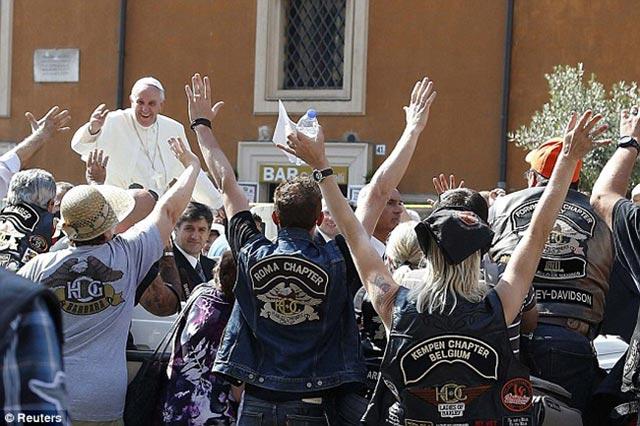 پاپ تنها دارایی و سرمایه دوران کاردینالی خود در آرژانتین که یک موتور سیکلت بود، با حراج به فروش رساند و پول آن را در راه نیازمندان هزینه نمود. نهایت از خود گذشتگی و انسانیت یک فرد.