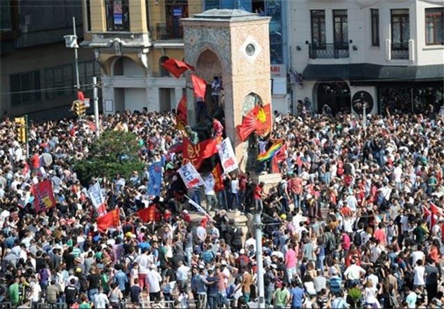 اینهم تظاهرات عظیم مردم ترکیه علیه دولت اردوغان که می خواست قوانین ارتجاعی و ضد انسانی اسلامی را در ترکیه پیاده کرده و دیکتاتوری را به آن کشور بازگرداند.