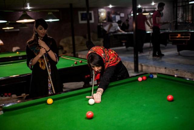 t دو دختر خانم ایرانی در حال بازی بیلیارد دیده می شوند. یک سر گرمی خوب و سالمی که می تواند به روح آرامش دهد.