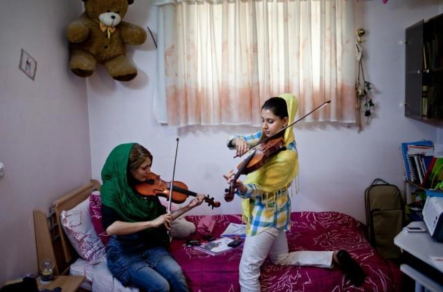 دو دختر جوان ایرانی تمرین ویولین می کنند. این کار از دید آخوند بد چشم و هیز گناه است. زیرا دختران و زنان تنها به درد کار آشپزخانه و اتاق خواب می خورند. آخوند بیشرف به خود اجازه می که در حریم دیگران وارد شده و نسبت به دیگران تععین تکلیف کند.