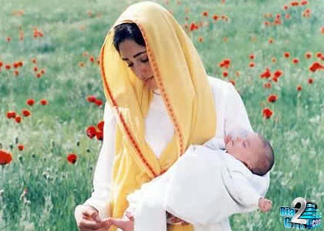 مادر هیچگاه از فرزند دلبندش جدا نیست. به گفته ای، مادر با یک دست گهواره کودکش را تکان می دهد، و با دست دیگر جهان را. اینست مقام و منزلت زن به عنوان یک مادر