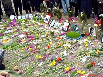 گلزار خاوران، جایی که چند هزار جوان برومند و سلحشور ایرانی که مخالف رژیم بودند و یا به اسلام آنها باور نداشتند، در یک جا و گور دسته جمعی چاله شدند. یاد این عزیان گرامی باد.