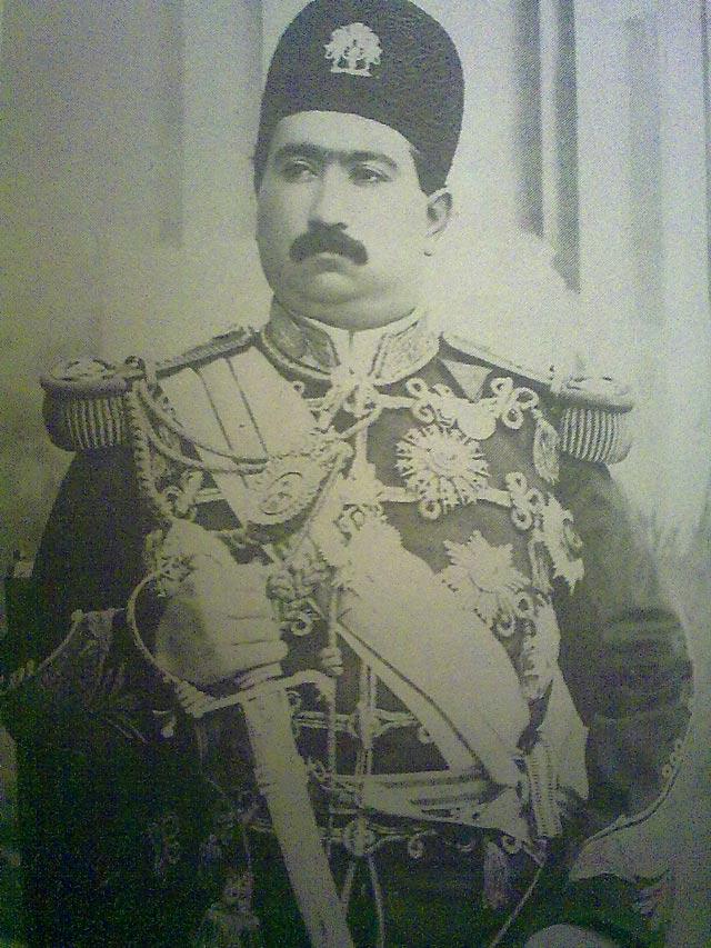 محمد علی شاه، شاه خودکامه و دیکتاتور قاجار که تلاش کرد مشروطیت را از میان ببرد و دوران استبداد را باز گرداند ولی به کوشش ابر مردان و زنان تاریخ کشورمان شکست خورده و به روسیه پناهنده شد.