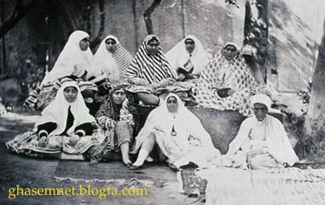سوگلی های دربار قاجار به ویژه زنان ناصرالدین شاه در این تصویر دیده می شود. این شاه زنباره و بوالهوس گویا جمعاً۱۵۰۰ زن در حرمسرا داشته است.