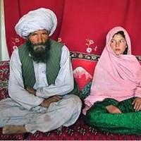 فرتور یکی از مسلمانان خردباخته را در کنار دختر بچه ای که به عنوان برده جنسی خریده است نشان می دهد، باید گفت ننگ و نفرین بر چنین آیین و مسلک ضد انسانی و پلیدی که اجازه سوء استفاده جنسی از کودکان را به اسم ازدواج می دهد.