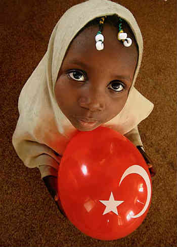 فرتور دختر بچه مسلمانی را پوشیده در حجاب اسلامی، نشان می دهد. زمانی که فاطمه زهرا هم سن دخترک در فرتور بود، یک نوزاد در بغل و جنینی در شکم داشت.! حتی تصور کودکی در چنان وضعیتی، هولناک است. فاطمه قربانی قوانین زن ستیزانه اسلام است.