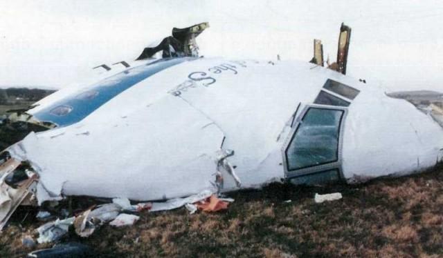 جایی از لاکربی که لاشه هواپیمای پان آمریکن در آن سقوط کرده و اطراف خود را به آتش کشیده است. لاشه هواپیما پس از سقوط در لاکربی. آیا جنایتی ازاین بالاتر می توان یافت که با بمب گذاری در یک هواپیمای مسافربری صدها خانواده را به سوگ نشانده است؟!
