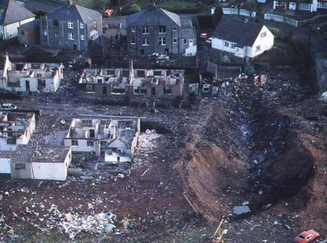 صحنه ای از محلی در لاکربی که هواپیمای پان آمریکن پس از انفجار در آن سقوط کرده. بر روی خانه و زندگی مردم عادی آن ناحیه.