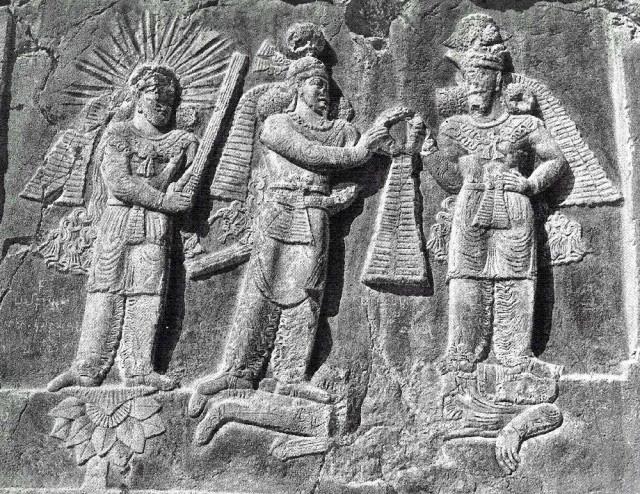 تندیسی از اردشیر دوم پادشاه بزرگ اشکانی در میان اهورا مزدا خدای یگانه پارس، و میترا خدای خورشید و مهر دیده می شود. این تندیس نشانگر آنست که نیاکان ما به خدای یگانه باور داشتند، و از اهمیت و نعمت برخورداری از نور و گرمی خورشید غافل نبوده اند.