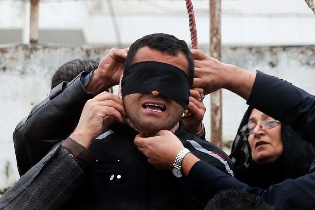 مادر مقتول، طناب دار را از گردن بلال که قاتلی پشیمان است، باذ می کند.