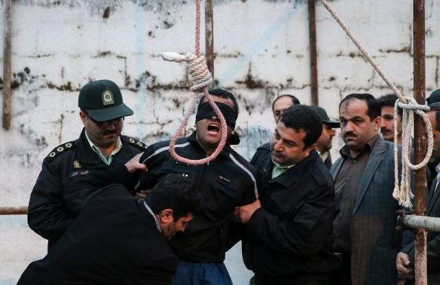 بلال که طناب دار از گردنش باز شده، باری دیگر احساس زنده بودن می کند.