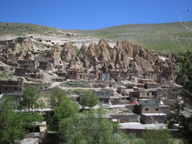 روستای کندوان که از خانه های کوچک لابلای کوه سنگی ایجاد شده، بسیار زیبا و دیدنی و در نوع خود کم نظیر است.