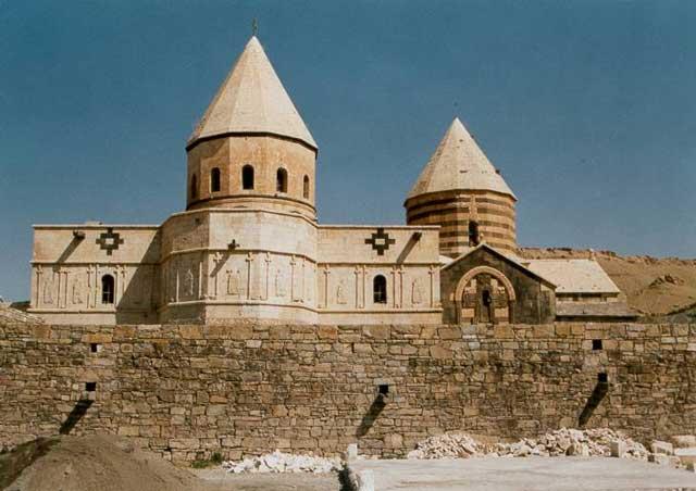 قره کلیسا یکی دیگر از شاهکارهای معماری قرن ششم هجری است که همچنان مانند کوهی استوار و سربلند در آذربایجان غربی می درخشد.