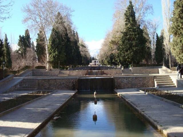 (باغ شازده ماهان یک شاهکار آبرسانی است که از سدها کیلومتر دورتر آب را به این باغ رسانیده اند و آبنماهای زیبای آن با طراحی معماران ایرانی سالهاست که هوا را مطبوع می کنند)